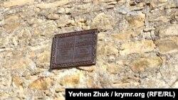 Табличка времен УССР на стене мечети гласит, что она построена в XIV веке