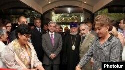 Президент Армении Серж Саргсян и Католикос всех армян Гарегин Второй присутствуют на торжественной церемонии открытия административного корпуса фонда «Грайр и Анна Овнанян». Ереван, 12 июля 2010 г.