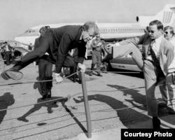 Президент Картер прыгает через ограду в нью-йоркском аэропорту La Guardia