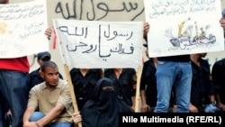لافتات رفعها محتجوم اما السفارة الامريكية