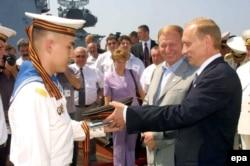 Старая реальность. Владимир Путин в гостях у моряков Черноморского флота. Фото 2001 года