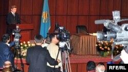 Атырау облысы әкімі Бергей Рысқалиев жылдық есеп беріп тұр. Атырау, 11 ақпан 2009 жыл.