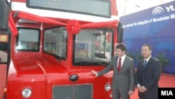 Министерот за транспорт и врски, Миле Јанакиески, со еден од двокатните кинески автобуси.