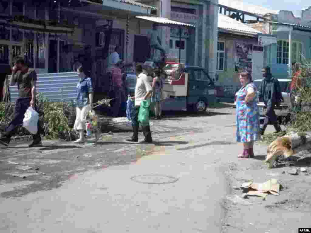 Азык-түлүккө муктаж элге гуманитардык жардам таратылууда. Ош шаары. 14-июнь, 2010-жыл.