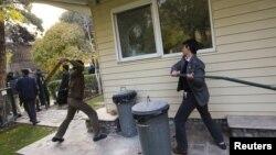 Ирански демонстранти вчера упаднаа во комплексот на британската амбасада во Техеран.