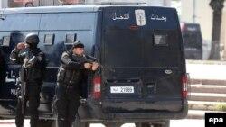 Силовики Тунісу біля музею, 18 березня 2015 року