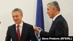 Secretarul-general NATO, Jens Stoltenberg, cu premierul Milo Djukanovic la Podgorica în octombrie