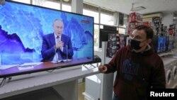 Трансляция пресс-конференции президента России Владимира Путина в одном из крымских торговых центров, 17 декабря 2020 года