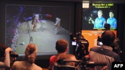 "Журналисты наблюдают за ""высадкой на Марс"" в рамках эксперимента ""Марс-500"". 14 февраля 2011 г"