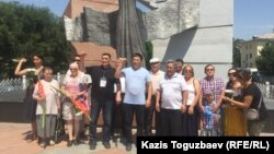 Гражданские активисты у памятника Желтоксан. Алматы, 29 июля 2017 года.