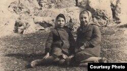 Бейе Ильясова (слева) и Асие. Узбекистан, Джизак, начало 1950-х