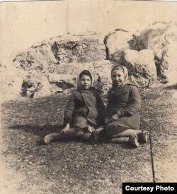Бейє Ільясова (ліворуч) і Асіє. Узбекистан, Джизак, початок 1950-х років