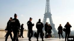 Francuska policija patrolira u blizini Ajfelovog tornja, ilustracija