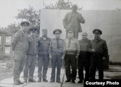 Чарнобыль, плошча Леніна (крайні зьлева – Анатоль Гнеўка, фота з асабістага архіву)