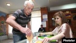 Հայաստան - Ընտրություններ հայաստանյան ընտրատեղամասերից մեկում, արխիվ