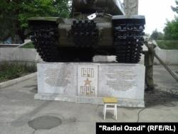 Этот танк в центре Душанбе был восстановлен военнослужащими российской 201-й дивизии