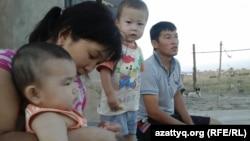 «Нұрсат» ықшамауданы тұрғындары - Айгүл Жайлаубаева (сол жақта) мен оның көршісі Азамат Сапарбаев. Шымкент, 11 тамыз 2014 жыл.