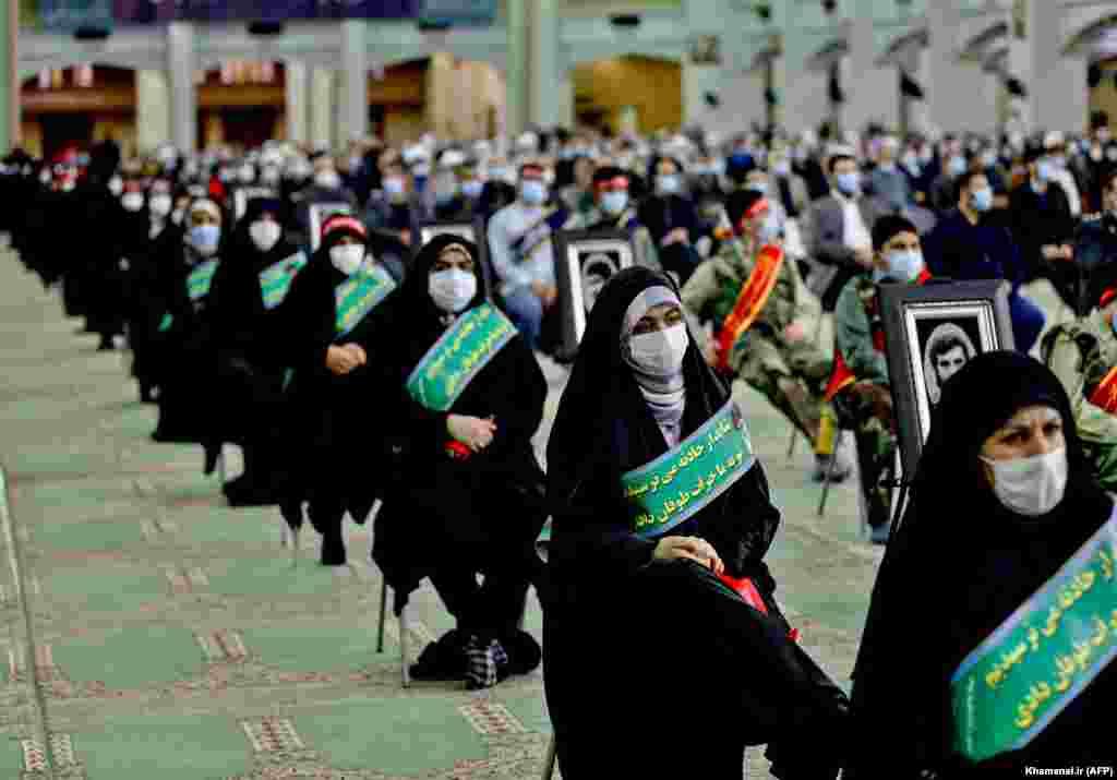 Publika u istočne azerbejdžanske provincije u Iranu prati obraćanje preko video linka vrhovnog verskog lidera, ajatolaha Alija Hameneija (AFP/Khamenei.ir)