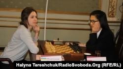 Марія Музичук (ліворуч) та Хоу Іфань. Львів, 2 березня 2016 року
