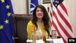 Още през ноември посланик Херо Мустафа предупреди, че може да бъде наложена забрана за посещение в САЩ на лица, замесени в корупция