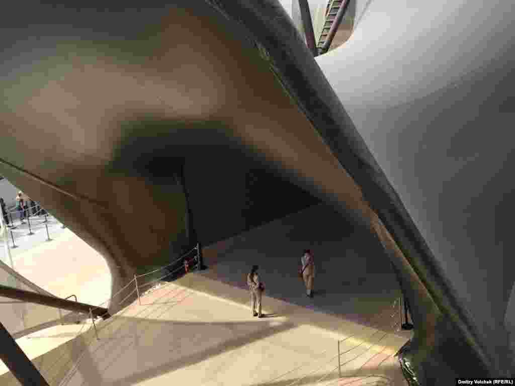 Вход в павильон Кувейта похож на пасть морского чудища