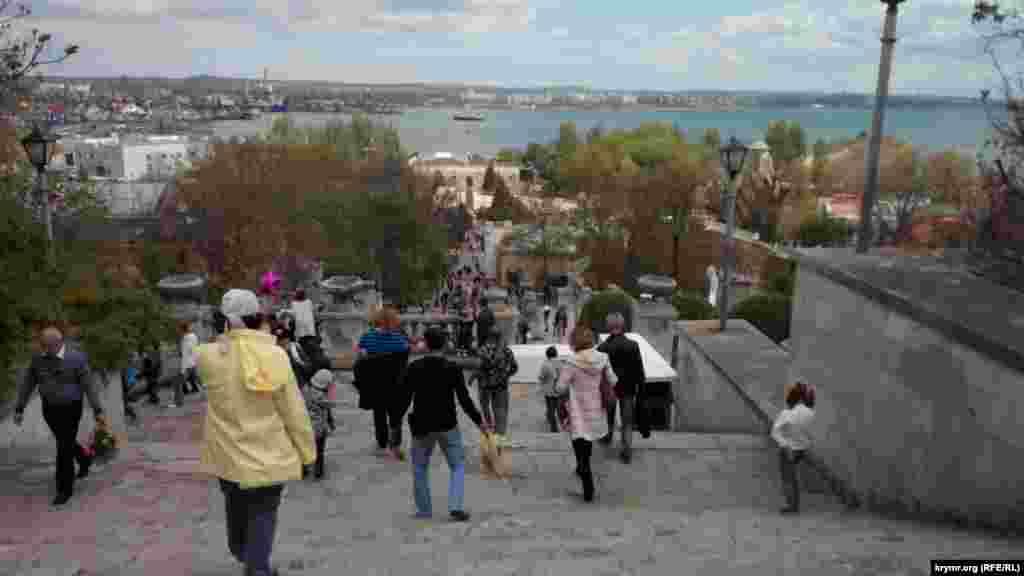 В праздничные дни на Митридатской лестнице многолюдно