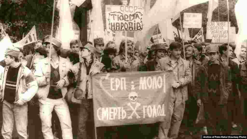 Акція «Поховання СРСР», яку організувала Спілка незалежної української молоді. Київ, 30 вересня 1990 рік