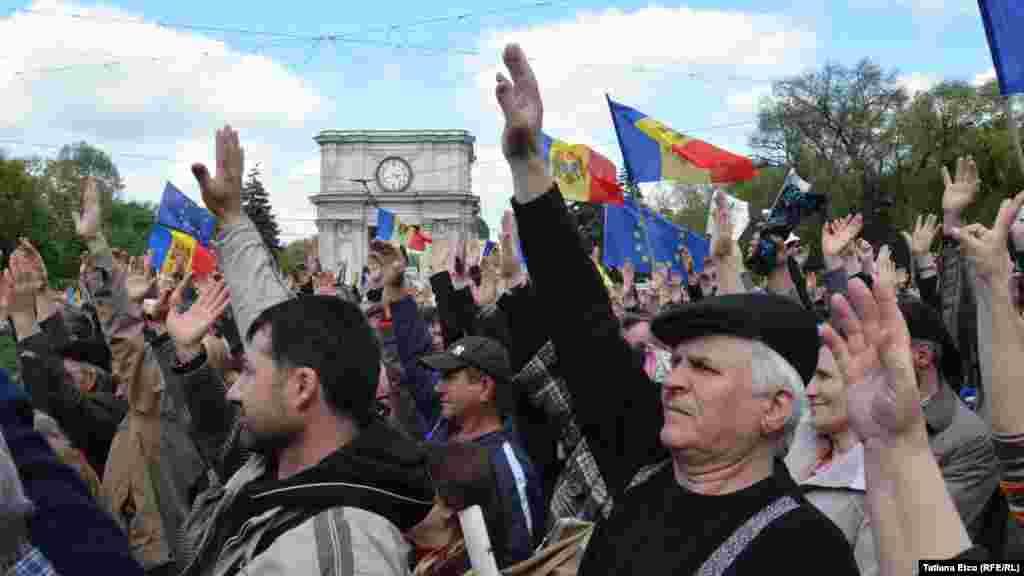 3 mai 2015. Amplu protest antiguvernamental, la care mii de oameni au criticat abaterile de la integrarea europeană și lipsa progreselor la investigarea dispariției miliardelor de lei de la trei bănci, în special de la Banca de Economii.