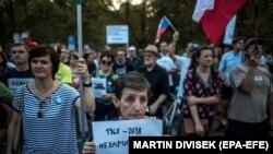 Участница акции протеста у посольства России в Праге держит плакат с надписью: «1968 – 2018. Мы не забываем», 20 августа 2018 года.