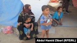 اسرة نازحة من الموصل في احد مخيمات الايواء في اربيل
