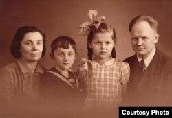 З бацькамі і братам Лёнікам у Даніі