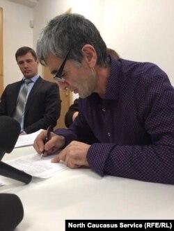 Рамазан Джалалдинов пишет заявление на имя руководителя Следственного комитета России, 9 декабря
