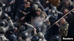 Pamje nga përleshjet e protestuesve me policinë sot në Kiev