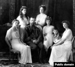 تزار نیکلای دوم به همراه خانوادهاش در سال ۱۹۱۳. تمامی حاضرین در این عکس توسط کمونیستها در سال ۱۹۱۸ تیرباران شدند.