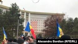 Zeci de persoane participă la protestul din fața Parlamentului, la care a chemat președinta aleasă, Maia Sandu, Chiținău, 3 decembrie 2020.