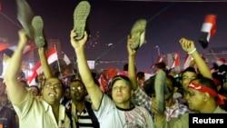 Супротивники Мухаммада Мурсі в Каїрі дивляться його телезвернення в ніч на 3 липня 2013 року. Вдарити підошвою чи й погрозити нею – одна з найтяжчих образ у світі ісламу.