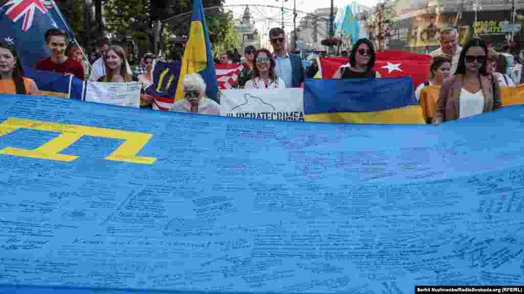 Учасники ходи несли також прапори інших країн