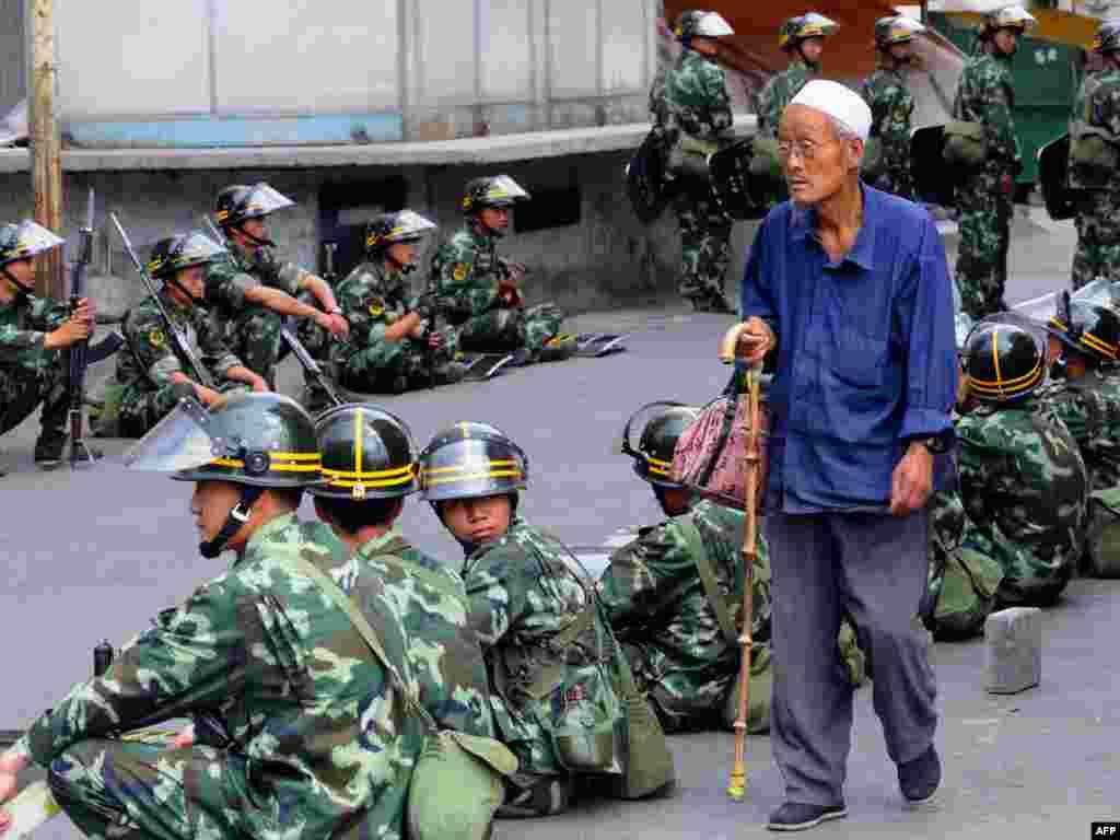 Тысячи солдат прибыли в Урумчи - центр Синьцзян-Уйгурского района Китая - для предотвращения продолжения беспорядков, в которые демонстрация уйгуров, погибли более 150 человек и более 800 были ранены