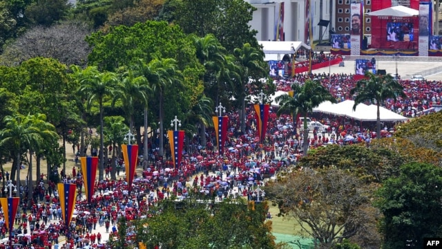 Thousands of Venezuelans have lined up to view the body of President Hugo Chavez in Caracas.