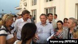 Борис Титов (в центре) в аннексированном Россией Крыму