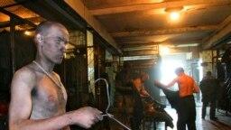 Шахтеры в раздевалке угольной шахты №12 города Киселевска