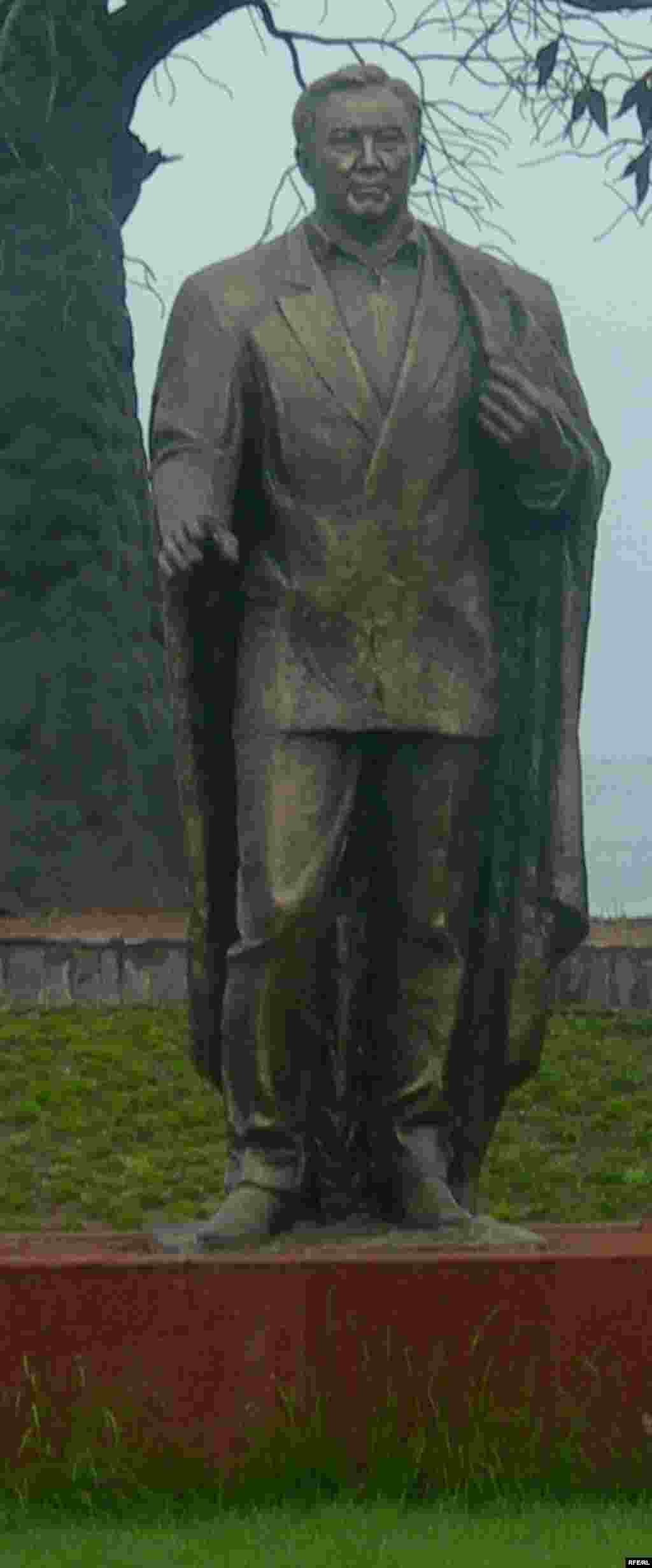 """Ыстықкөлдегі """"Шыңғыс Айтматов атындағы Рух-Орда"""" мәдени-этнографиялық кешені аумағында тұрған Назарбаев ескерткіші. Қырғызстан, Чолпон-Ата, 2007 жылдың маусымы."""