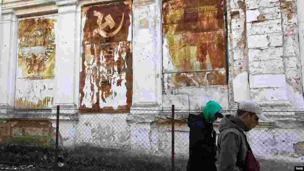 Заброшенное здание старой грязелечебницы. Славой бальнеогрязевого курорта Саки обязаны Сакскому озеру, со дна которого и добывают уникальныелечебные грязи. Кроме Сакского озера, целебная грязь имеется еще в озерах Сасык-Сиваш и Кызыл-Яр, расположенных в Сакском районе
