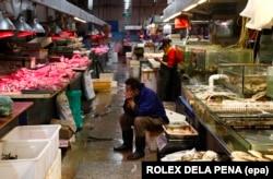 Рынки называют «мокрыми» из-за того, что полы, цементные или земляные, там постоянно поливают водой из шлангов и они часто остаются влажными, а продавцы работают в резиновых сапогах.