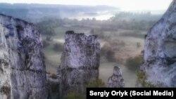 Скелі в селі Білокузьминівка, Донецька область