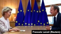 Ministra germană a apărării Ursula von der Leyen, care a fost nominalizată la postul de președinte al Comisiei Europene, discutând cu președintele Consiliului UE, Donald Tusk. Bruxelles, 4 iulie 2019