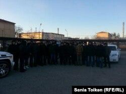 Работники Казахского газоперерабатывающего завода. Жанаозен, 12 января 2015 года.