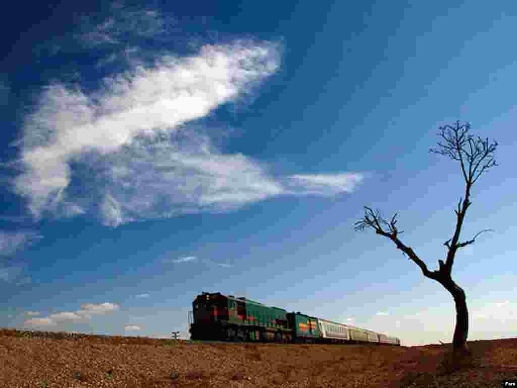 قطار در نزديکي ايستگاه شيخ ولي در مسير تبريز به سلماس - گالری عکس و فیلم FARS
