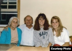 Масей Сяднёў з жонкай Вольгай і студэнткамі Norwich University (Vermont). 1986 г.