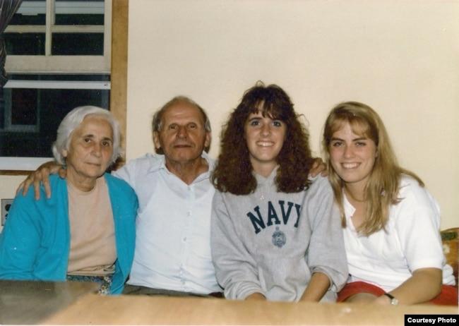 Масей Сяднёў з жонкай Вольгай і студэнткамі Norwich University (Vermont). 1986 год